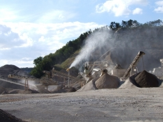 Cannone abbattimento polveri in funzione in una cava